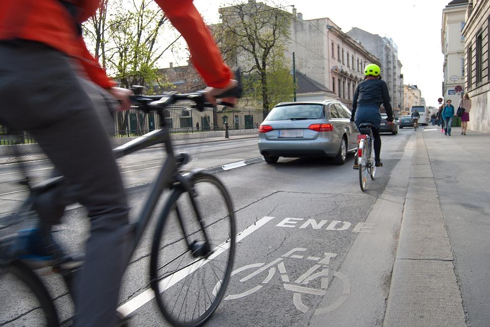 Fahrradfahrer im Stadtverkehr mit Fahrradhelm