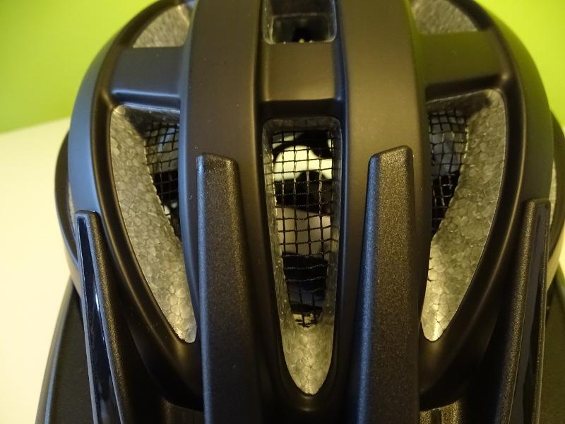 Das Fliegennetz verhindert das Eindringen von Insekten unter die Helmschale
