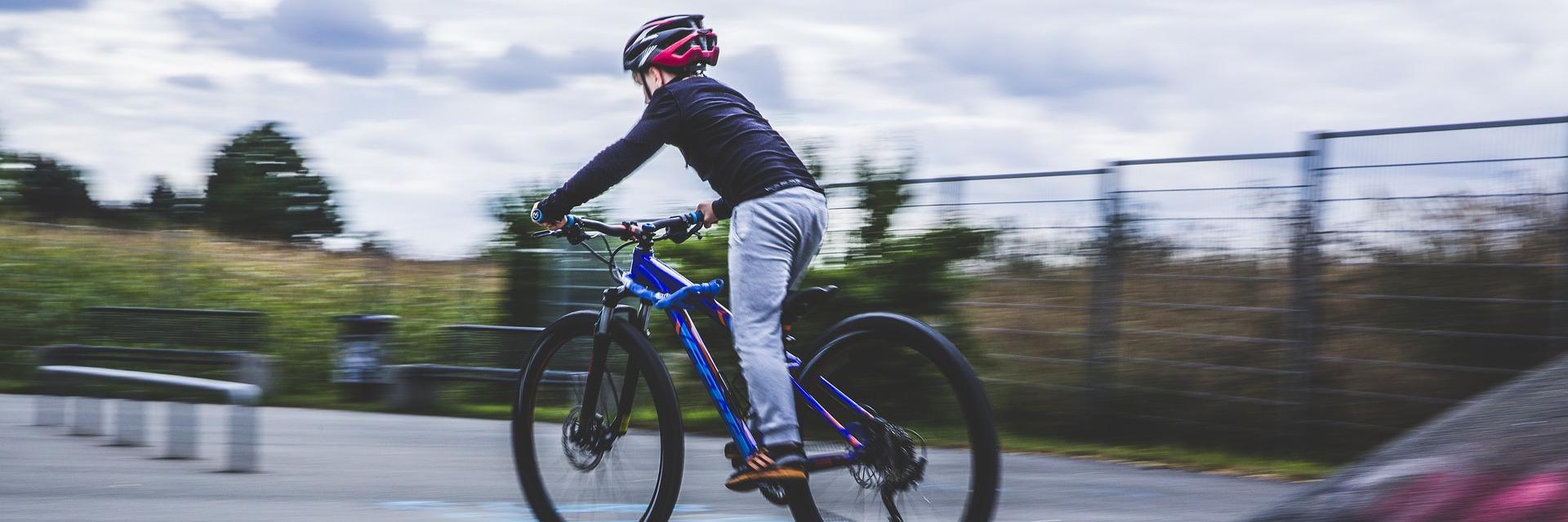Kind beim Fahrradfahren mit Kinderfahrradhelm